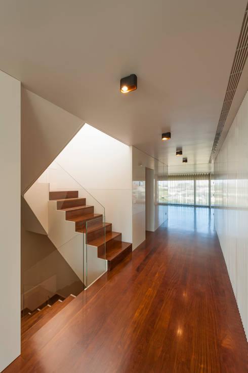 Apartamento na Foz do Douro: Corredores e halls de entrada  por ABPROJECTOS
