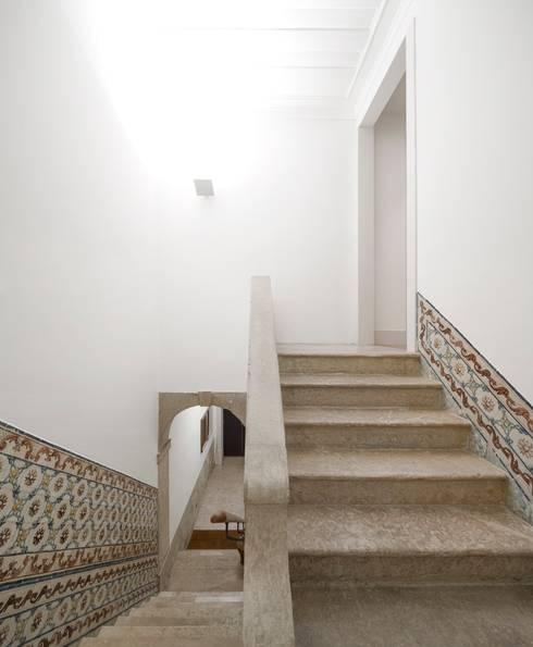 Apartamento ao Camões: Corredores e halls de entrada  por Alberto Caetano