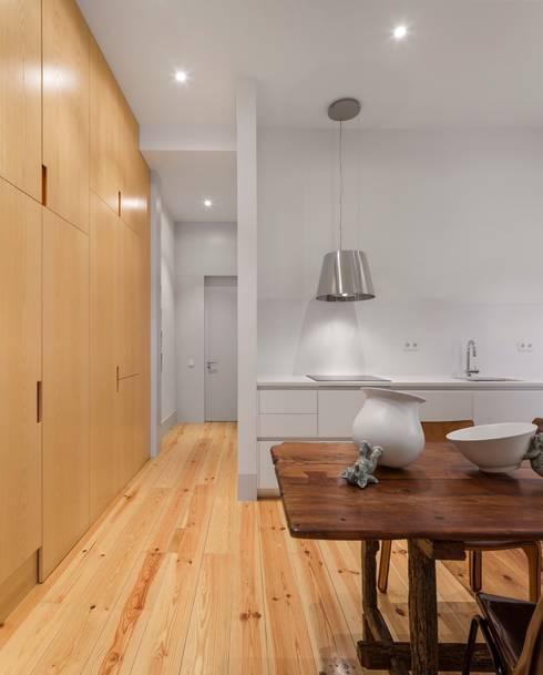 Apartamento ao Camões: Cozinhas modernas por Alberto Caetano