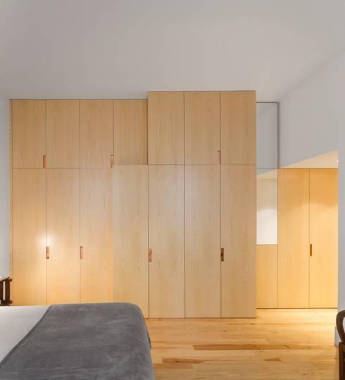 Apartamento ao Camões: Quartos modernos por Alberto Caetano