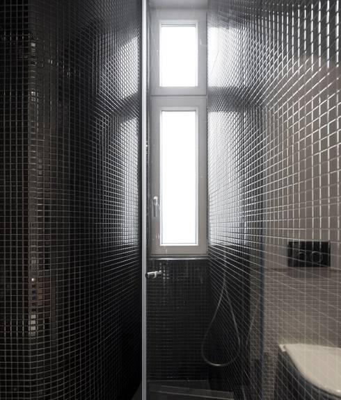 Apartamento ao Camões: Casas de banho modernas por Alberto Caetano