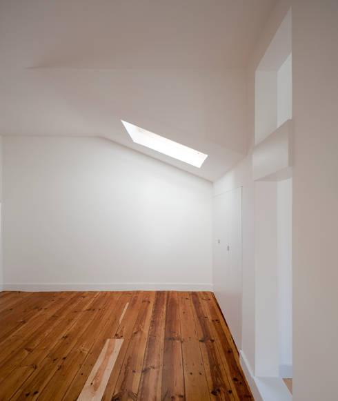 Apartamento à Mouraria: Quartos minimalistas por Alberto Caetano