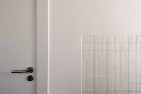 Apartamento à Mouraria: Casas de banho minimalistas por Alberto Caetano