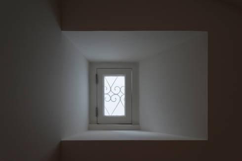Apartamento à Mouraria: Janelas   por Alberto Caetano