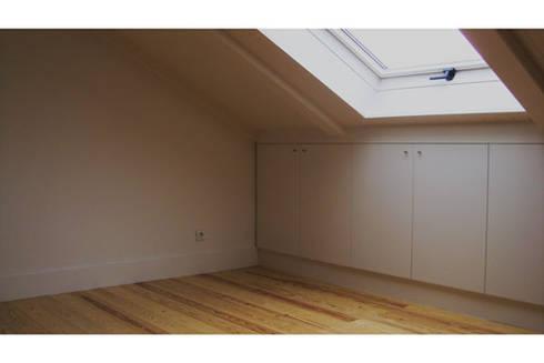 Apartamento S. Pedro de Moel: Quartos modernos por mube arquitectura