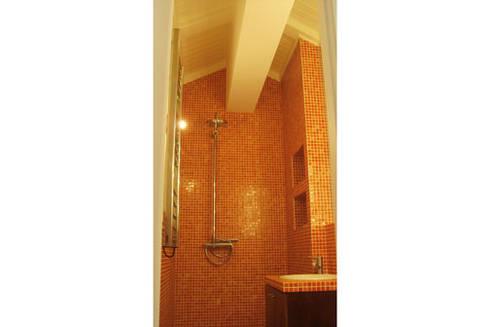 Apartamento S. Pedro de Moel: Casas de banho modernas por mube arquitectura