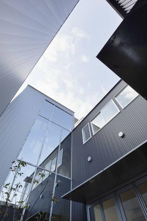 奈半利のコートハウス: 有限会社 橋本設計室が手掛けた庭です。