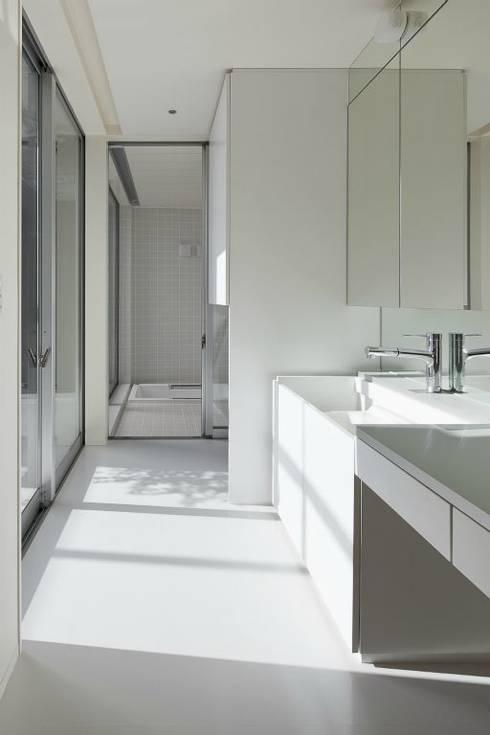 奈半利のコートハウス: 有限会社 橋本設計室が手掛けた浴室です。