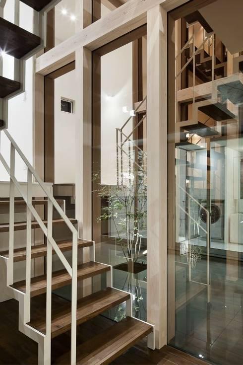 奈半利のコートハウス: 有限会社 橋本設計室が手掛けた廊下 & 玄関です。