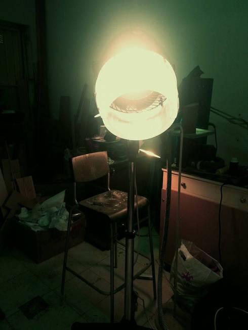 De secador de cabelo a projector de luz.: Sala de estar  por Pode Ser!