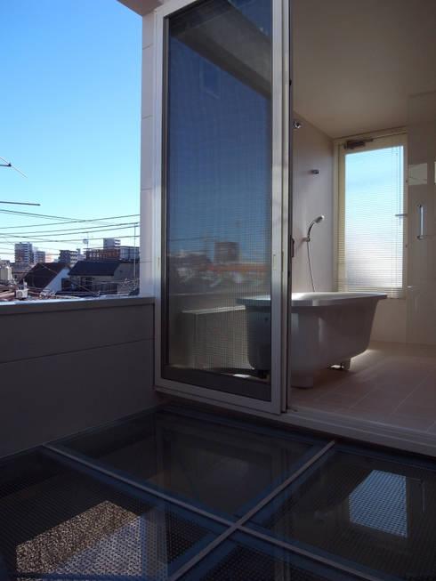 品川の住宅: アトリエハコ建築設計事務所/atelier HAKO architectsが手掛けたベランダです。