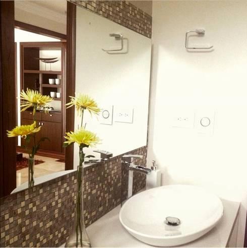 Baños de estilo moderno por ea interiorismo