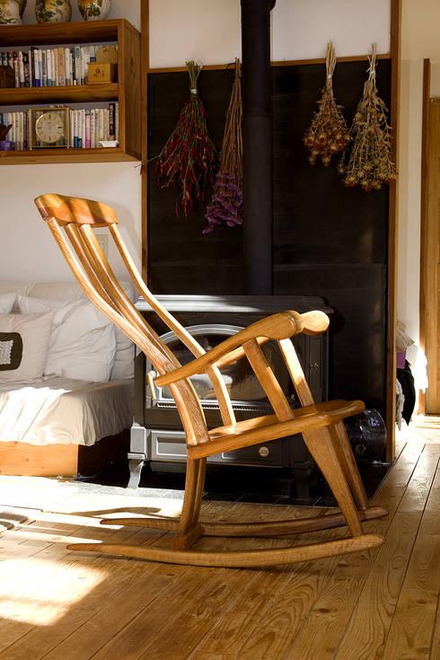 ロッキング チェアーB: 木工房ばおばぶが手掛けたリビングルームです。