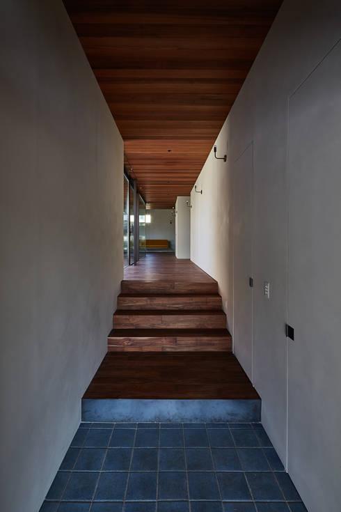 SHIMA: 武藤圭太郎建築設計事務所が手掛けた廊下 & 玄関です。
