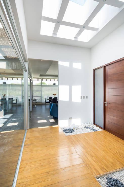 Vestíbulo: Pasillos y vestíbulos de estilo  de J-M arquitectura