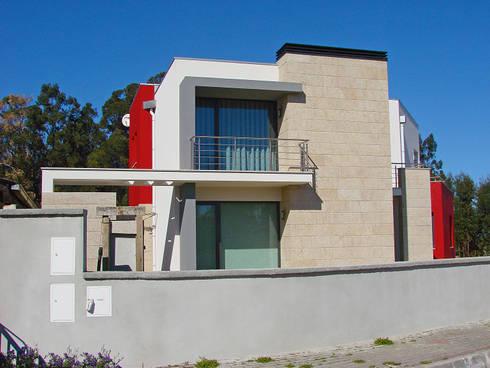 Moradia de estilo contemporâneo: Casas modernas por AET XXI - Projetos de Arquitetura e Engenharia de Tondela, Lda