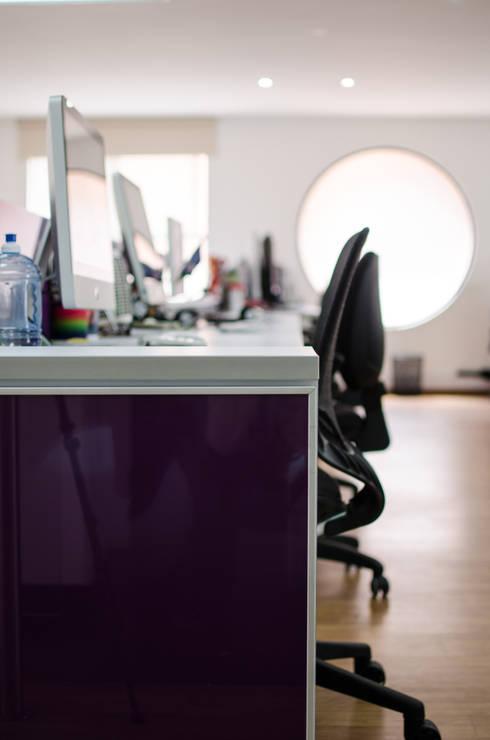 Oficinas Wunderman: Oficinas y tiendas de estilo  por Arquitectura Visual