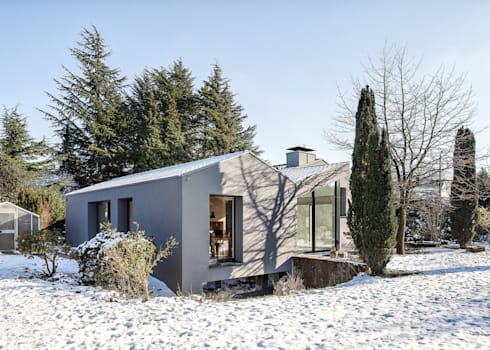 Schrägansicht Gartenseite: moderne Häuser von ZHAC / Zweering Helmus Architektur+Consulting