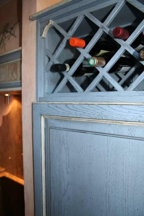 Weinregal das gleichzeitig als Entlüftung für den Kühlschrank dient.:  Küche von Villa Medici - Landhauskuechen aus Aschheim