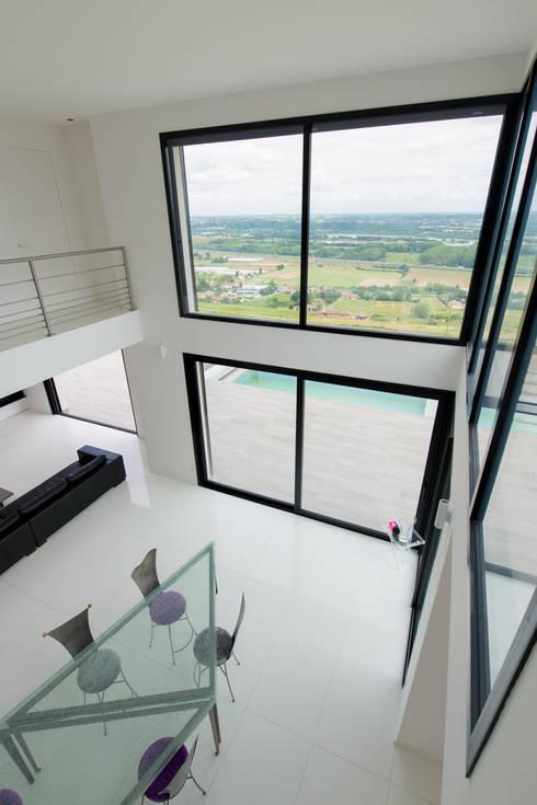 Villa près de Lyon par Concept création: Salle à manger de style de style Moderne par Concept Creation