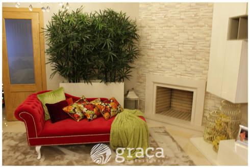Zona de estar com chaise Longue: Sala de estar  por Andreia Louraço - Designer de Interiores (Contacto: atelier.andreialouraco@gmail.com)