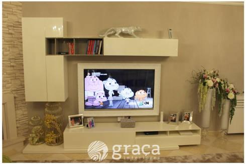 Moldura personalizada para TV: Sala de estar  por Andreia Louraço - Designer de Interiores (Contacto: atelier.andreialouraco@gmail.com)