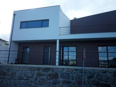 Casa em Coquêda:   por arqpar-Consultores, Arquitectura e Engenharia