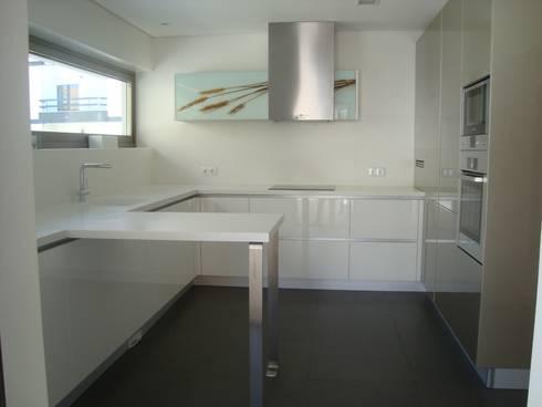 Moradia Unifamiliar: Cozinhas modernas por AlexandraMadeira.Ac - Arquitectura e Interiores, Unipessoal, Lda