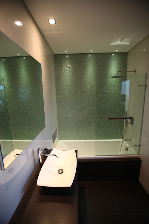 Moradia Unifamiliar: Casas de banho modernas por AlexandraMadeira.Ac - Arquitectura e Interiores, Unipessoal, Lda