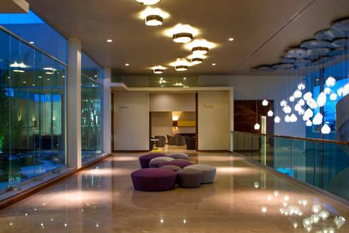 Arriaga : Pasillos y recibidores de estilo  por DIN Interiorismo