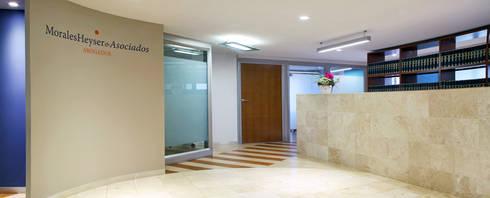 Morales Heyser & Asociados: Estudios y oficinas de estilo moderno por DIN Interiorismo