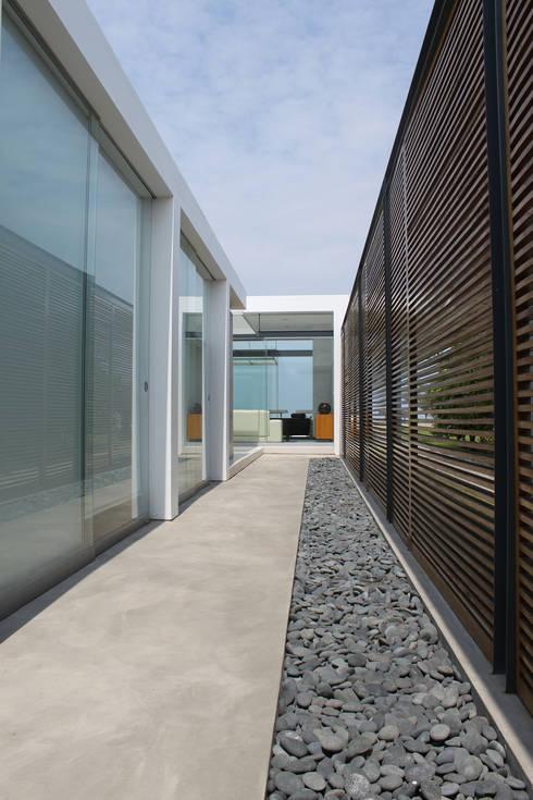 Corridor, hallway by NIKOLAS BRICEÑO arquitecto