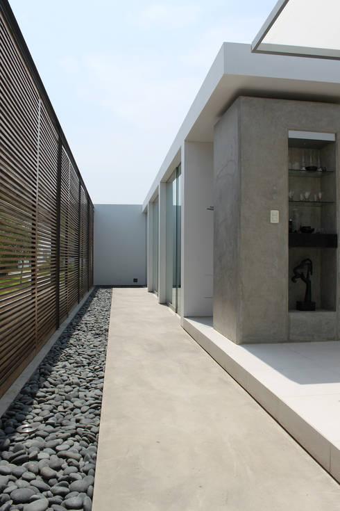 CASA BORA BORA: Pasillos y recibidores de estilo  por NIKOLAS BRICEÑO arquitecto