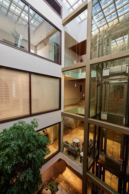 Pasillos y vestíbulos de estilo  por eSpaces Architects