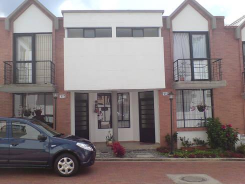Casa 4: Casas de estilo moderno por Aca de Colombia