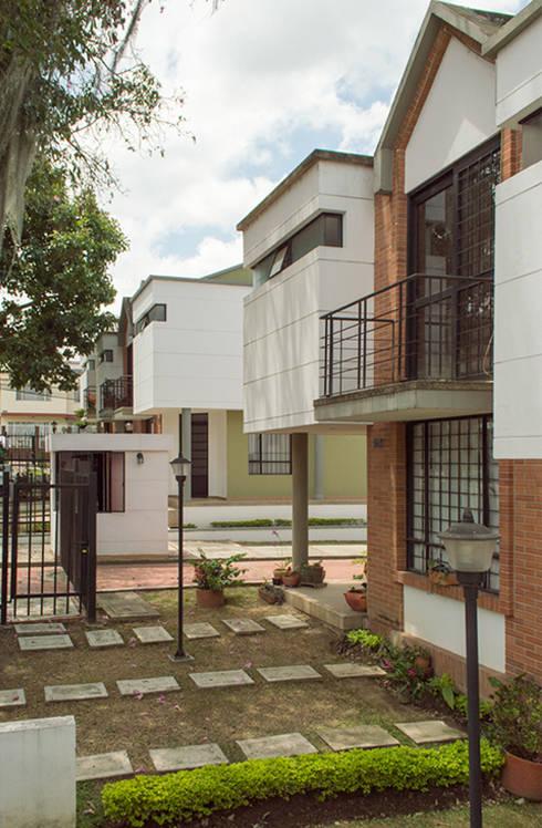 Casa 6: Casas de estilo moderno por Aca de Colombia
