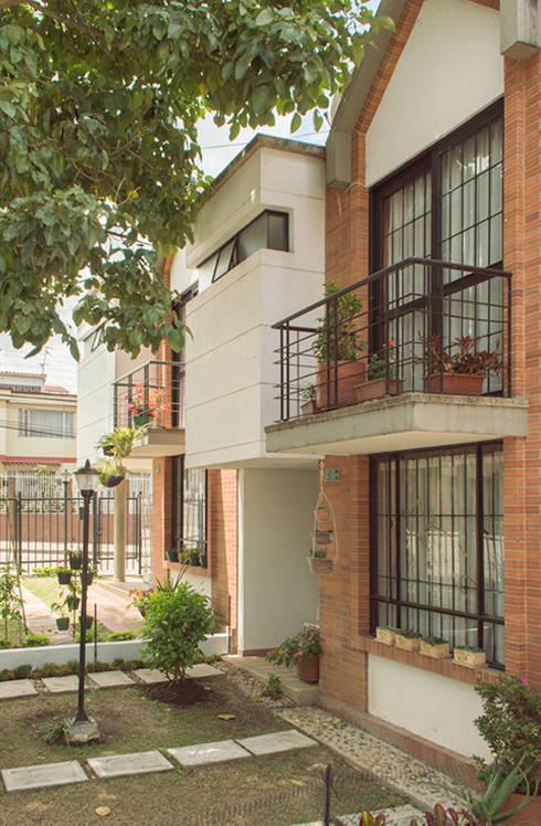 Casa 8: Casas de estilo moderno por Aca de Colombia