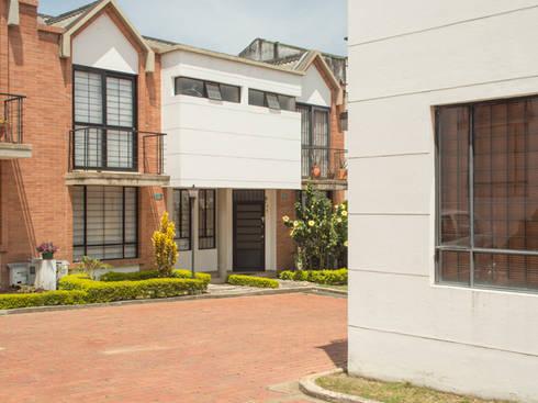 Casa 9: Casas de estilo moderno por Aca de Colombia