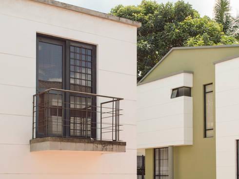 Casa 10: Casas de estilo moderno por Aca de Colombia