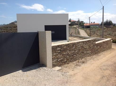 Construção Armazém Agrícola : Lojas e espaços comerciais  por CINOUT - Obras, Design e Manutenção Lda.