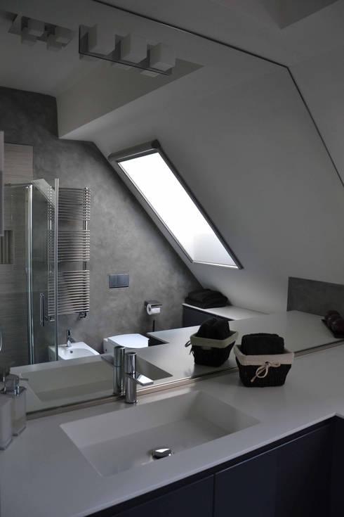 Appartamento Milano Naviglio: Bagno in stile in stile Moderno di DCA Studio - Davide Carelli Architetto