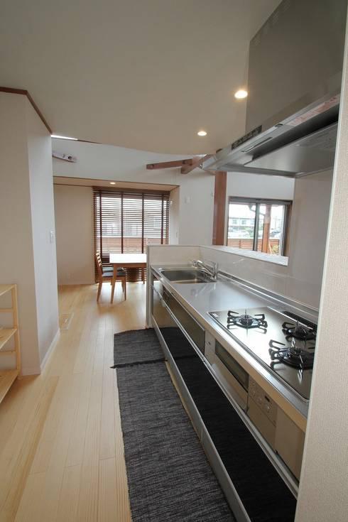 明るくシンプルなキッチン。: 大出設計工房 OHDE ARCHITECT STUDIOが手掛けたキッチンです。