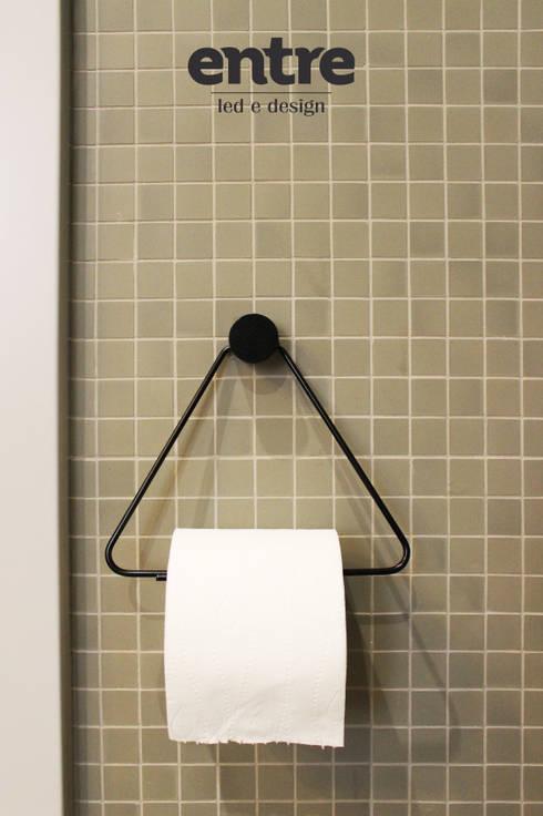 Because we love details! <3: Casa de banho  por Entre Led e Design