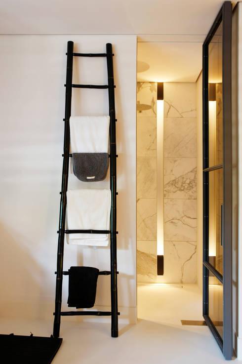 Bathroom:  Badkamer door Grand & Johnson
