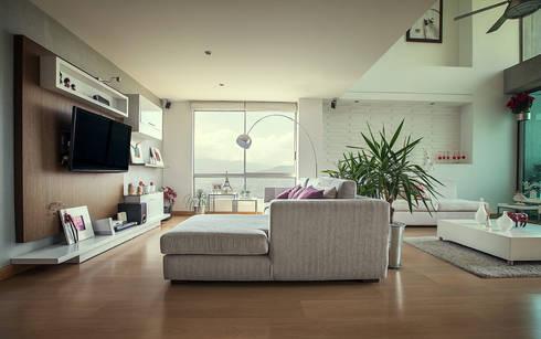 Sala auxiliar: Sala multimedia de estilo  por Cristina Cortés Diseño y Decoración