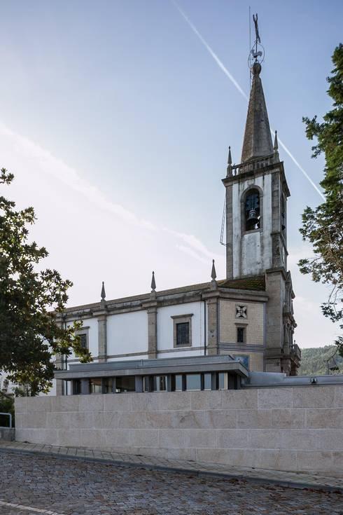 Capela Mortuária de São Tomé de Negrelos – Santo Tirso, Portugal:   por Ricardo Azevedo Arquitectos