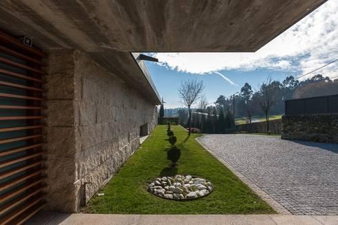 Casas em Palmeira – Santo Tirso, Portugal:   por Ricardo Azevedo Arquitectos