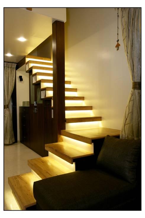 Pasillos y vestíbulos de estilo  por Navmiti Designs