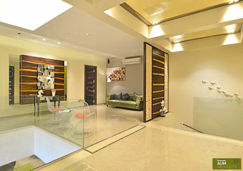 Duplex Apartment design:  Corridor & hallway by Aum Architects