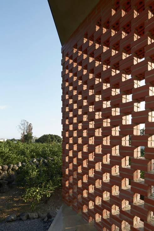 제주 토끼 : 최-페레이라 건축/ CHAE-PEREIRA architects의  호텔